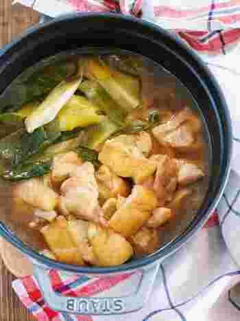 鶏もも肉、油揚げ、ネギの3つの食材で作る簡単お鍋。簡単といえども、鶏もも肉のおいしいうまみを吸った油揚げはもうとろけるおいしさです。 〆のうどんもまたとっても美味。寒い日にふーふーいいながら頂きたい簡単お鍋です。