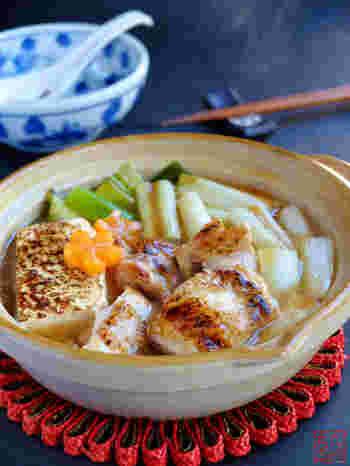 甘みがある醤油ベースのとろみスープの鍋。 くたくたになったネギや豆腐にからんで、美味しさがアップ。  片栗粉のとろとろは、保温性を高めるので、食べたあとも身体の中から温めてくれるといわれています。寒い冬にはぴったりのレシピです。