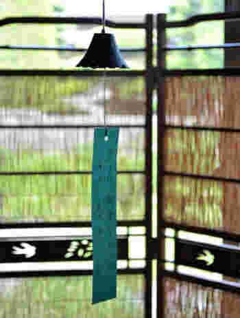南部富士 (岩手山) をかたどった、南部鉄器の南部風鈴。ガラスのものが「チリンチリン」と軽い音を奏でるのに対し、鉄の風鈴は「リーン」と澄んだ柔らかな響きが長く続きます。JR水沢駅 (通称:風鈴駅) に飾られる南部風鈴の音色は、「残したい日本の音百選」に選ばれています。 鈴木盛久工房 南部風鈴/暮らしのほとり舎