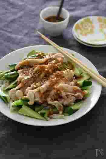 あっさりとした蒸し鶏やきゅうりにぴったりの、バンバンジー風ごまだれレシピ。練りごまを使った濃厚でからみやすいタレで、野菜も美味しく頂けます。何かと役立つ、バランスの良い一皿です。