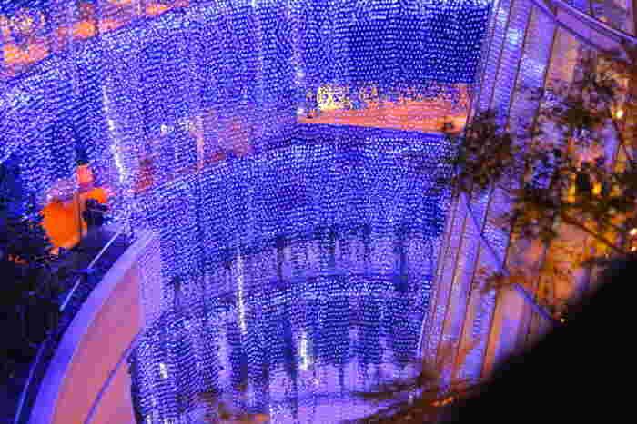 なんばパークスの9階から2階まで電飾が施される「光の滝」は壮観で、まるで眼前に光のベールが現れたような風景を楽しむことができます。