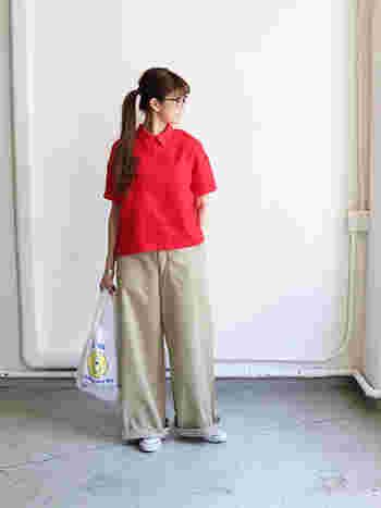 ビビッドな赤のポロシャツにワイドチノを合わせたベーシックスタイル。上下のゆとりあるサイジングが大人の余裕を作ります。