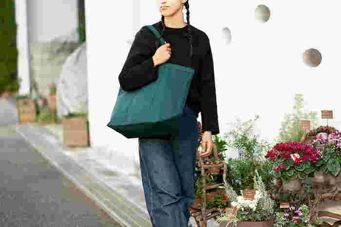 37.5×53cmの大きめトートバッグは、荷物が多めの人に安心感のあるサイズです。底のマチも広く作ってあり、A4サイズをフラットに入れることが可能です。荷物の量を気にせずどんどん持ち運べる相棒です。