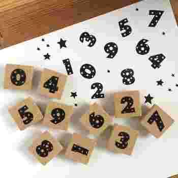 数字のスタンプはなにかと便利に使うことができるアイテムです。クラシカルなスタイルの数字も素敵ですが、ちょっぴりユニークな星模様のスタンプならキュートなスクラップデコレーションが出来上がります。