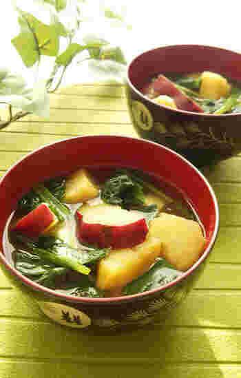 小松菜のほろ苦さにさつまいもの甘さがマッチする、ほっこり美味しいお味噌汁。仕上げにすりおろし生姜を加えるのがポイントです。風味をキリッと引き締めてくれますよ。