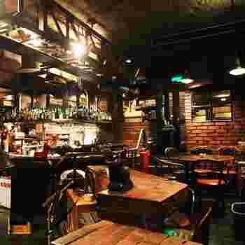 吉祥寺はジャズの街としても知られています。その文化を担うお店の一つがジャズの老舗ライブハウス「サムタイム」。シカゴの地下街をイメージした店内で、おいしい食事とお酒を飲みながら気軽にライブが楽しめます。