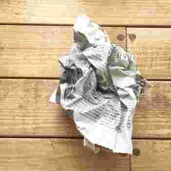 空いている場所に、新聞紙をくしゃくしゃに丸めて置いておくだけでも、効果があります。ただ平たく敷いておくよりも表面積が広くなる分、より高い除湿効果を発揮してくれます。  小まめに交換してそのまま処分できるというお手軽さはもちろん、天日干しして再利用してもOKなので、ライフスタイルや必要な量に合わせて、自分に合った方法で活用してみてはいかがですか?