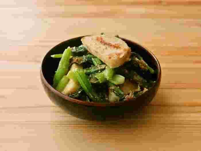 茹でた小松菜とごま油で焼いたかまぼこを、胡麻味噌で和えた美味しい副菜レシピです。小松菜は切ってから茹でることで、ゆで時間を短縮できるそう。冷蔵庫で4日間保存できるので、作り置きしておくと毎日の食事やお弁当作りにも重宝しますよ。