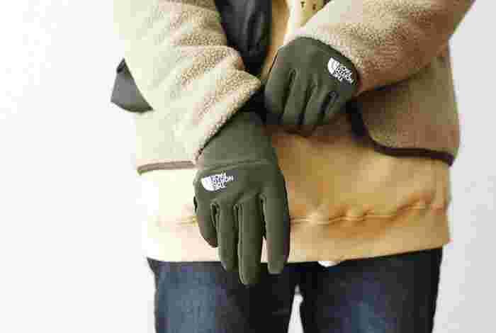 優れた防風性を持つライナーを使った薄手で暖かな手袋です。手に平は最先端の伝導性テクノロジーが使われ、全ての指でタッチパネルが操作できるようになっています。