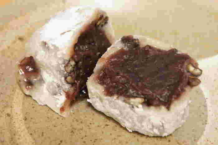 赤えんどう豆には塩味が効いており、粒あんの甘さと相性が抜群です。お豆も粒あんも存分に味わいたい場合は、群林堂の豆大福がおすすめです。