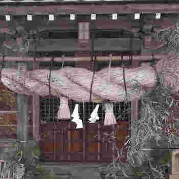 新年のお参りは、まずは自宅の神棚とご先祖様に。そして、地元の神社、他所の神社という順番で。地元の氏神様は、産土(うぶすな)神社とも呼ばれ、縁あって生まれた土地の神様を大切にしましょう、という意味があります。