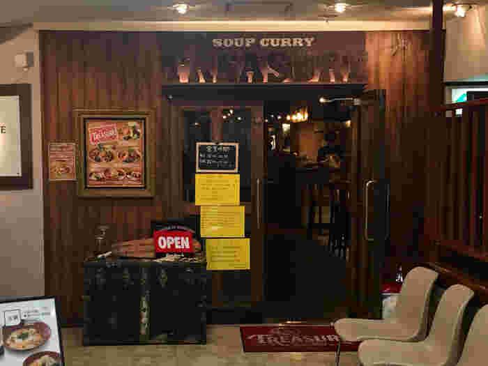 ガラクの姉妹店の「スープカレー トレジャー」も、とても人気。外観もお洒落な雰囲気で、入店するのがワクワクしますね。 こちらも地下鉄大通駅から近いの場所にあります◎。