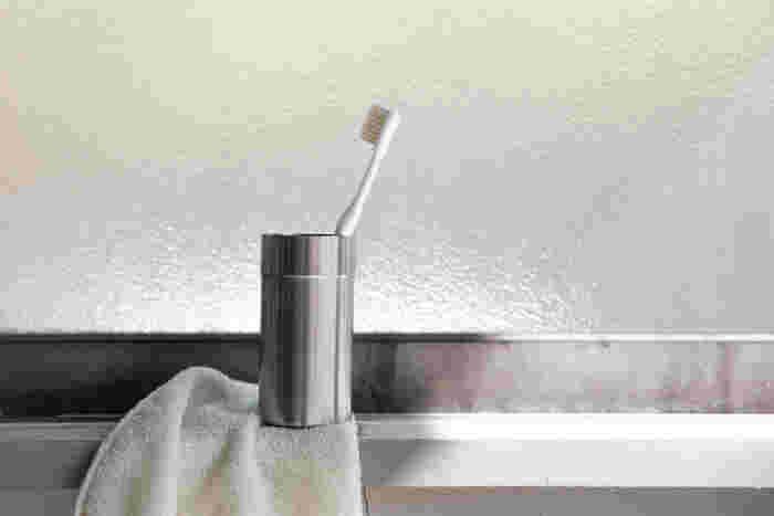 良いことが多い天然毛の歯ブラシですが、乾燥しにくい特徴もあるので、使用後は歯ブラシを流水でよくすすぎ、水気をしっかりと切ってから、できるだけ風通しのよいところで乾かすように気をつけると良いでしょう。