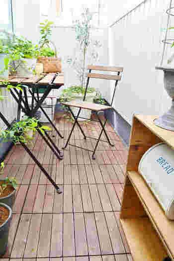 折りたたみ式のテーブルと椅子を並べて、休日にベランダで朝食・・・そんな光景に憧れてしまいます♪