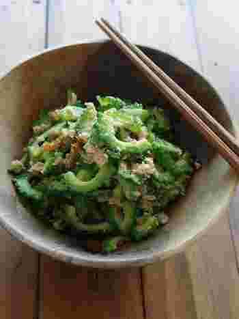 鮮やかな緑色が綺麗なサラダ。ゴーヤは塩もみしてサッと茹でることで、苦みがやわらぎ食感も引き立ちます。醤油とレモン、黒胡椒の味付けにツナのコクが加わって、食べ応えのあるサラダに。