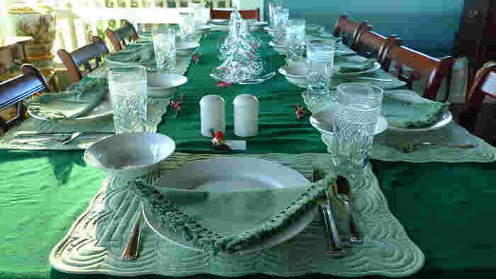 テーブル全体をグリーンでまとめたコーディネート。  ガラスのオブジェやグラスを並べて柔らかな統一感を演出。