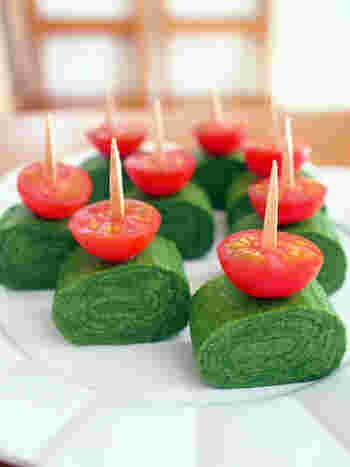 お弁当のグリーンのアイテムはブロッコリーやほうれん草などちょっぴりマンネリしがちです。そんな時に是非チャレンジしていただきたいのがこちらの「緑のだし巻たまごピンチョス」です。いつものだし巻き卵を焼く際にミキサーにかけたほうれん草をプラス。アイデア光るレシピです。