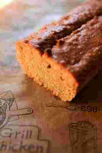 こちらもアーモンドプードル、そして無糖のピーナッツバターを使ったしっとりパウンドケーキのレシピです。シナモンの香りが心地よく、ティータイムや朝食におすすめ♪