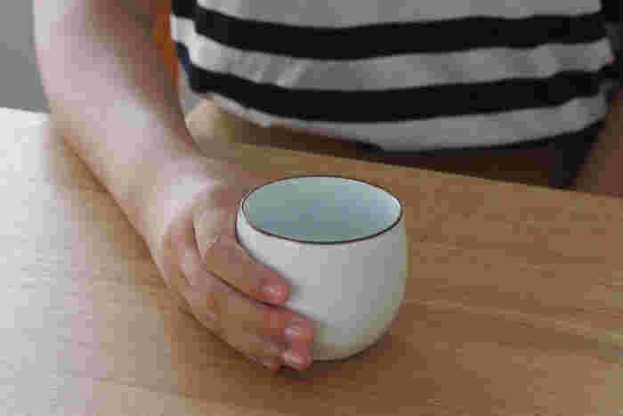 焼き物の街・長崎県波佐見の陶器のブランド「白山陶器」。400年の歴史をもつ波佐見焼をモダンかつ機能的なデザインで製品化している白山陶器のもの作りの基本は、何より「使いやすく生活の中になじむということ」。そのコンセプトに沿って作られたこちらの湯呑は、シンプルでクセがなく、日々の生活にそっと寄り添ってくれるような使いやすいデザインです。