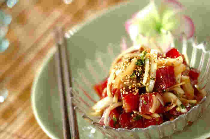 ハワイには、そのルーツと考えられているポリネシアの影響を受けた伝統料理をはじめ、豊富な海の幸をふんだんに使った料理や、アメリカらしいダイナミックな肉料理など、バリエーション豊富な味がそろいます。夏になると、不思議と恋しくなるハワイの味。おうちで再現してみませんか?