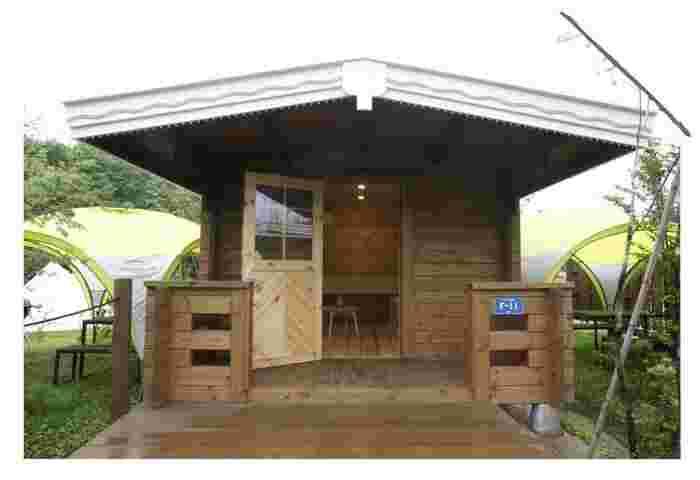 小さなログハウスになっているルミエールキャビンには、エアコンも完備されています。キャンプがはじめてのご家族や小さな子どもや赤ちゃんと一緒のときなどに、安心して宿泊できるのはこうしたキャビンタイプのお部屋ですね。