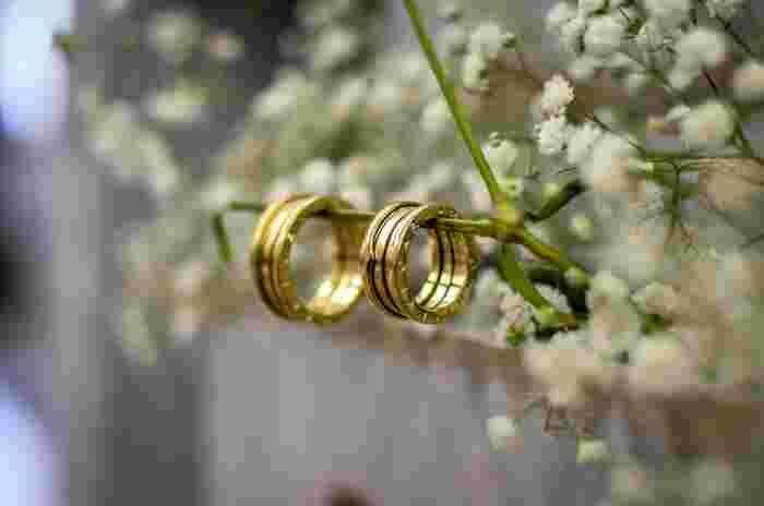 結婚指輪に、ゲストの愛を吹き込んでもらうのが「リング・ワーミング・セレモニー」。指輪にゲスト一人一人が二人の幸せを祈ってから隣の人に指輪を渡していく、心温めるセレモニーです。人数が多いと待ち時間が出てしまうので、家族婚や少人数婚で行うのがおすすめです。
