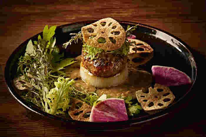 「和風ソースのハンバーグ」は、地元愛知県産の「知多牛」と「知多豚」を使って作られたメニューです。ハンバーグは肉汁たっぷりで、口に入れると知多牛と知多豚の旨味が口の中いっぱいに広がっていきます。