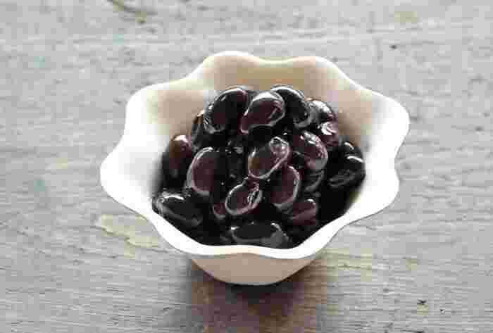 まめに暮らせるようにという願いがこめられている『黒豆』。 作り方をできるだけシンプルにした、重曹を使わずに、簡単に柔らかく黒豆を仕上げることができるレシピです。自家製ならではの甘すぎない味わいがおすすめ。