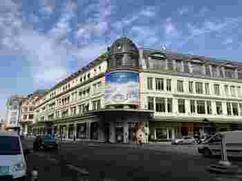 Le Bon Marche(ル・ボン・マルシェ)は世界初の百貨店として1852年に開店したパリの中でも最も歴史と伝統のあるデパートです。  パリオリジナルの物から世界中の集めたセレクションは、パリの左岸らしいスタイルとなっています。パリ滞在中に一度は訪れたいお店です。