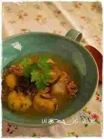 野菜たっぷりの和風ジンジャースープにさつまいもニョッキを入れて。ほんのり甘いさつまいもニョッキが醤油ベースのスープによく合います。冬場にも嬉しい、体が温まるレシピです。