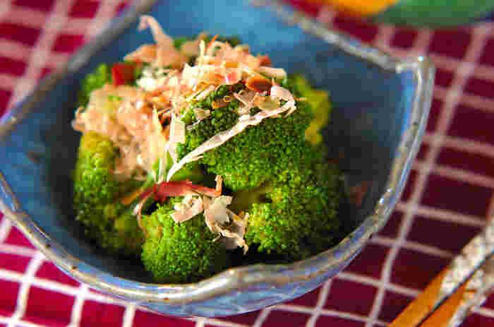 からしを加えた合わせダレでブロッコリーを和えるレシピ。ピリ辛のからしのおかげで、お酒のすすむ味わいに。茹でたてのブロッコリーを熱い内に和えるのがポイントです。