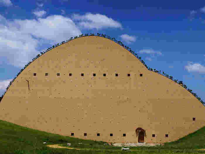 大きな山を思わせる外観は、タイルの原料となる採土場をイメージしてデザインされました。すり鉢状の景観も印象的で、圧倒的な存在感を放っていますね。