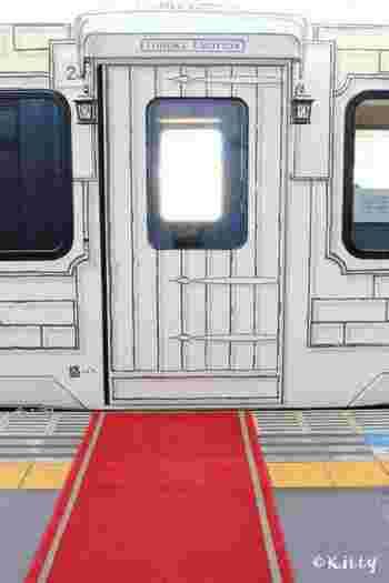 駅のホームにはレッドカーペットが敷かれ、非日常へ誘うかのよう。車両扉のデザインも、列車というより街のレストランといった風情です。