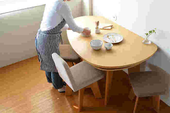 ダイニングセットの下にラグを敷かない、テーブルの上にものを置かないなど、いつでも気になったら拭き取れる環境づくりをしましょう。