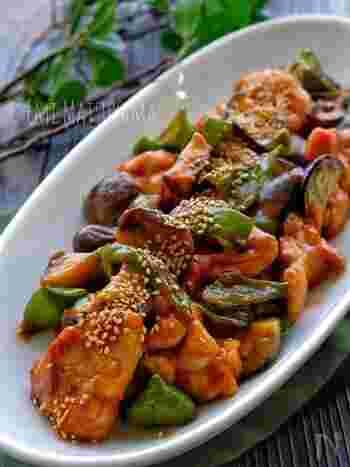 子供たちに人気の定番鶏もも肉料理といえば、照り焼きや唐揚げなど醤油を使うものが多いですよね。でも、たまにはテイストを変えてみませんか?例えば、ケチャプを使って中華風炒めにしてみるのはどうでしょう。コレならピーマンやナスもペロッと食べられそうです。