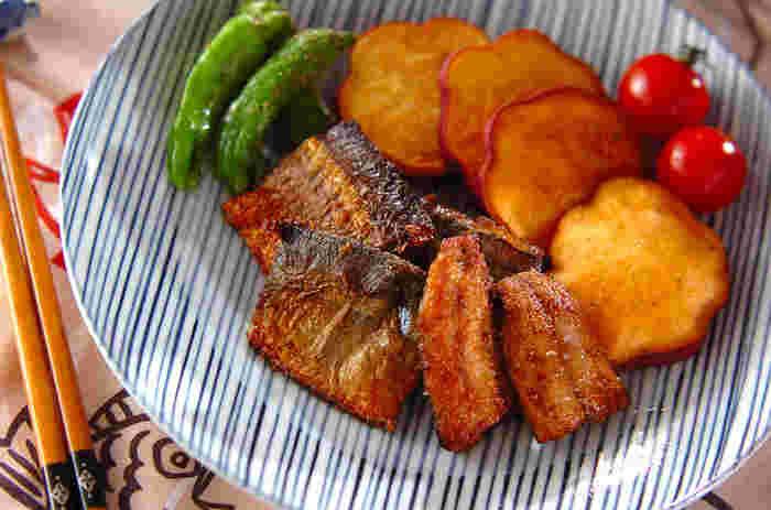 下味をつけてからりと上げた竜田揚げ。夕食でも、お弁当の一品にももってこいです。