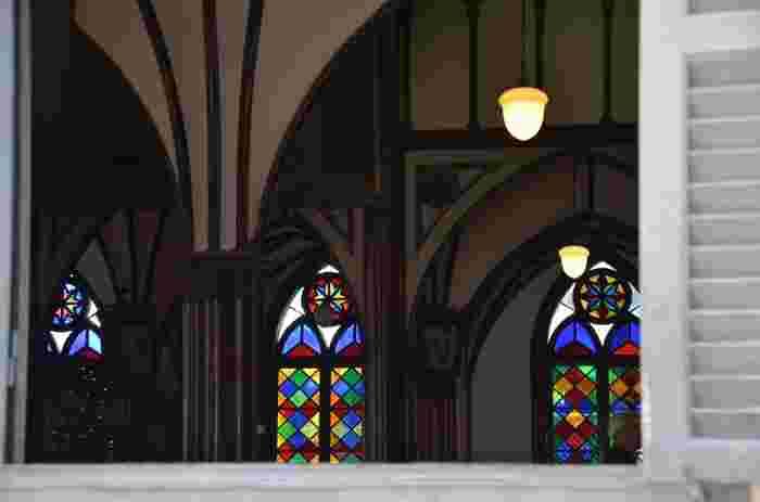 側面のステンドグラスです。美しい色取りの配色が、花嫁のドレスを美しく照らします。