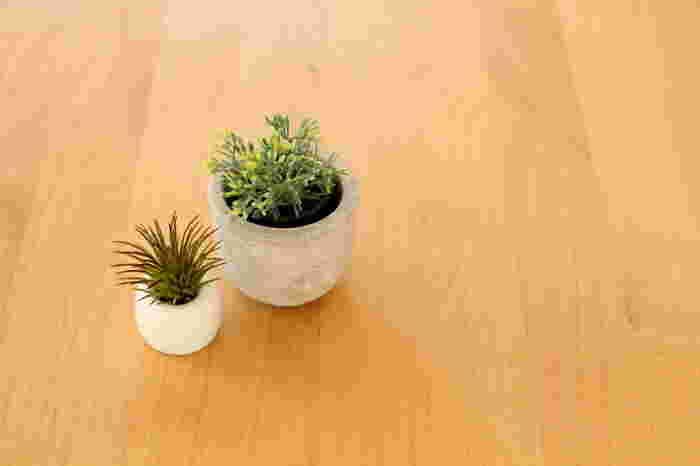 フェイクグリーンはお手入れいらずで手軽に取り入れられます。小さめの鉢と一緒に飾っても◎フェイクグリーンは色々な形があるので、スタンドに合うものを探してみましょう!