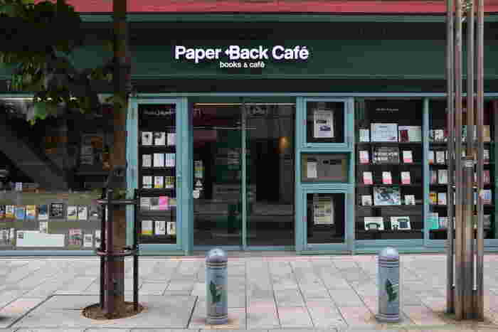 本の街・神保町にある「Paper Back Cafe」は、老舗の本屋である「東京堂書店」がリニューアルした際、その店舗に併設してつくられたブックカフェ。ゆったりとした時間が流れるカフェなので、読書や勉強などに集中できます。