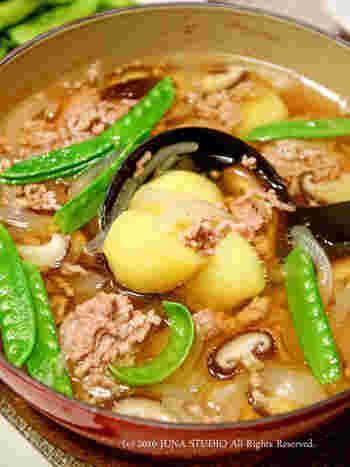 旨味がしみ込んだ出汁を、スープのように楽しむ煮物。肉じゃがとはちょっと違う新感覚のスープで、ご飯にかけて食べてもおいしそう。