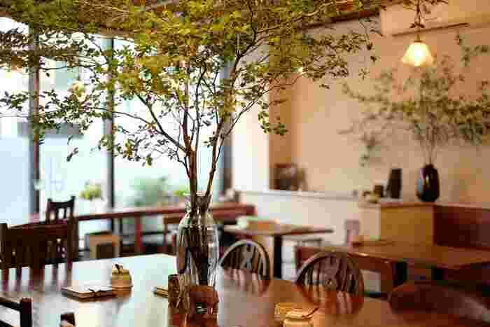 風合いの素敵な椅子やテーブルと、調和するようにレイアウトされたこだわりの雑貨も素敵な「坂東珈琲」。店内にはジャスピアノの音楽が流れ、自然と癒しの空間に引き込まれます。静かにコーヒーを楽しんだり、本を読んだりしたい方におすすめです。
