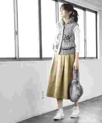ベーシックなチノ素材のフレアスカート。何にでも合わせやすいので、コーデするアイテムを選びません。またお尻や太もものボリュームも隠すことが可能なので、通年活躍してくれそうですね。