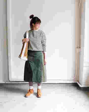 ×カーキのスカートでつくる週末スタイル。リラクシーでもスタイリッシュに見えるのは、肩のラインをスマートに引き立てるボートネックのおかげ。
