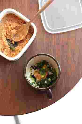 味噌に出汁を混ぜてストックしておけば、お湯を注ぐだけで即席のお味噌汁ができちゃいます!1回分ずつ丸めて「味噌玉」にしてもOK!これがあるだけですぐ汁物がプラスできちゃいます。