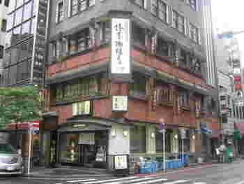 椿屋珈琲店のテーマは、古き良き時代の銀座の洋館だとか。銀座花椿通りにふさわしい落ち着いた外観が目を引きます。