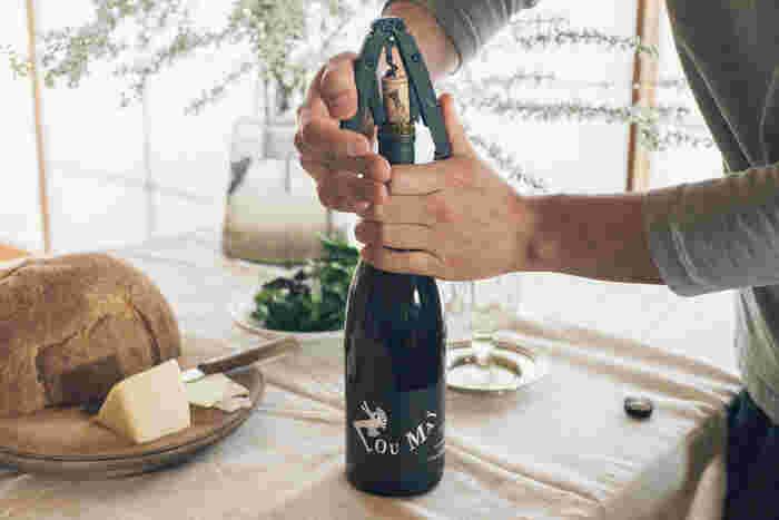 独自のギヤ構造が左右のハンドルの力を均一にボトルに掛けるため、少ない力で効率的にコルクを抜くことができます。すべての加工行程を新潟県で行っている、メイド・イン・新潟の商品。