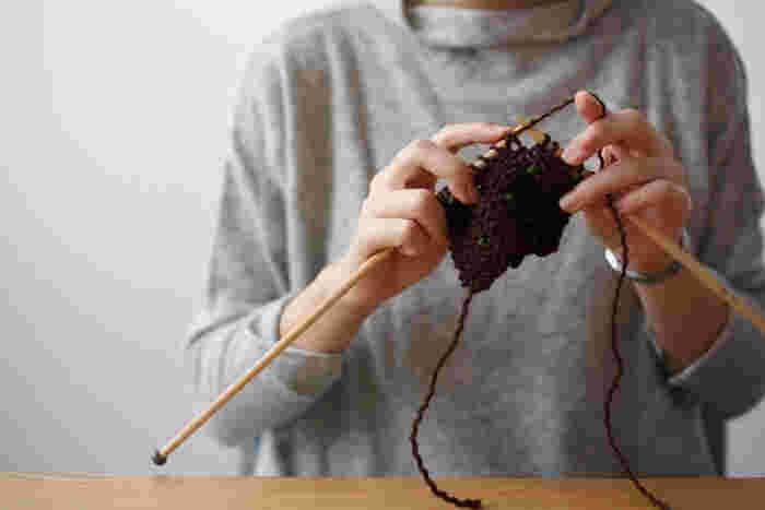 冬用のマフラーは購入するだけでなく、自分で編むという選択肢もありますよね。家から出たくない寒い日に、部屋の中で心を込めて編み物を楽しんでみませんか?