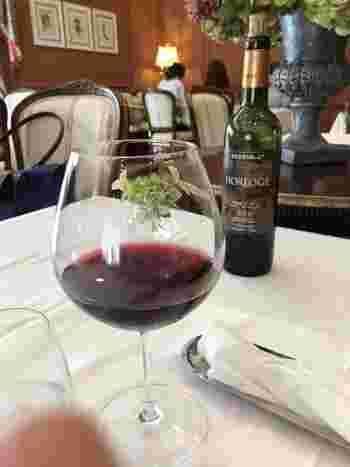 """""""食との結びつき""""をコンセプトにしているサドヤのワイン。気軽に味わってほしいという想いから、オリジナルワインはもちろん、県産ワインなども合わせ、約70種類のワインを楽しむことができます。"""