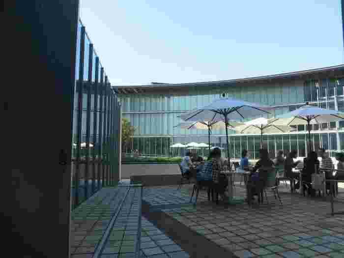 「国際子ども図書館」は、ウエストサイドエリアの中でも、特にお勧めの穴場スポットです。訪れれば、その静謐な空間にゆったりと心寛がせることが出来るでしょう。  公立の図書館ですが、中庭や安価で飲食できるカフェテラスもあるので、散歩の途上で利用するのにもお勧めです。 【館内カフェのテラス席】