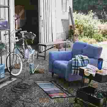 お家の中はもちろん、お庭やベランダで過ごすにも最適なアウトドア用インテリア。外で使用するだけあって、汚れに強く耐久性のある生地が多いんですよ。 アウトドアな雰囲気を取り入れれば開放的で、躍動感のある空間に◎